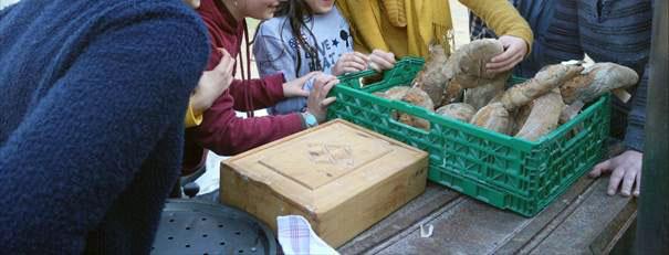 Fabrication de pain par les enfants de l'ACE